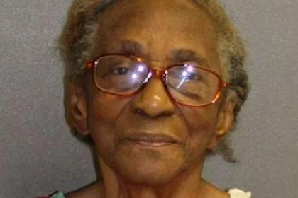 Бабушка ударила ленивую внучку тапкой и угодила под арест