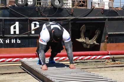 Россиянин протащил на себе многотонный плавучий кран
