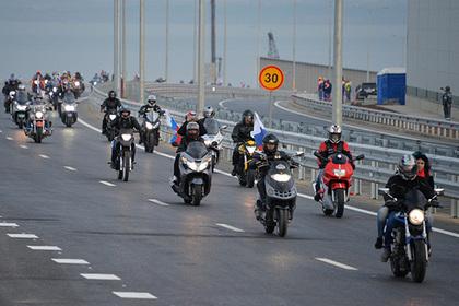 Россияне выехали на Крымский мост и начали массово нарушать закон