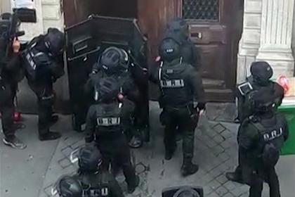 Полиция Парижа освободила облитых бензином заложников