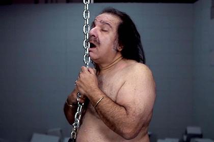 Порноактер расписался на груди поклонницы и пошел под суд