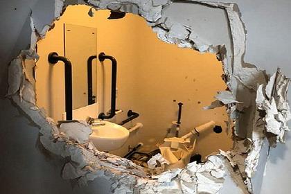 Голый капитан пробил стену туалета и вырвался на волю