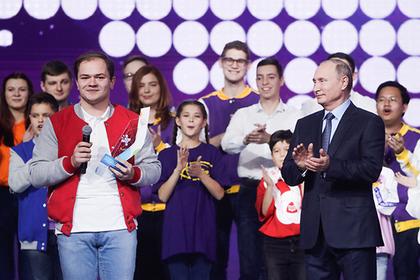 Путин вручил награду добровольцу года