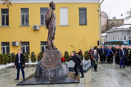 Путин открыл памятник Солженицыну