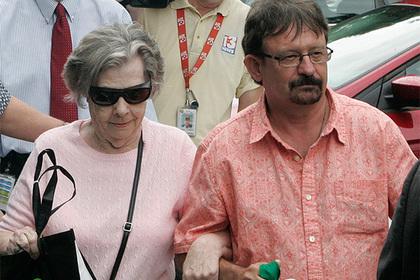 Старушка выиграла сотни миллионов долларов, доверила их сыну и прогадала