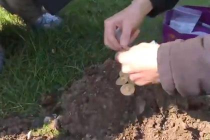 Кладоискатели нашли гору древних монет стоимостью 150 тысяч фунтов