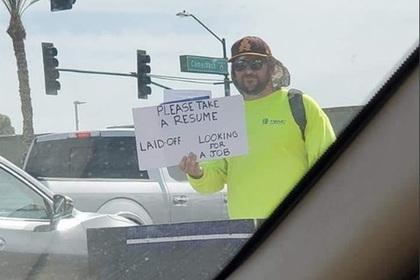 Мужчина раздал резюме прохожим на улице и нашел «работу мечты»