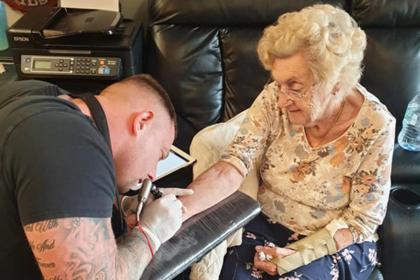 94-летняя прабабушка сделала татуировку в память об умершем муже