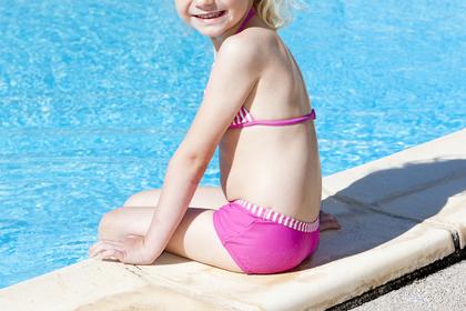 Мать разрешила дочери ходить топлес в бассейн и была обругана