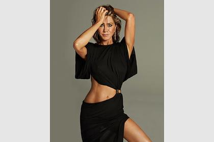 Дженнифер Энистон снялась в куртке на голое тело для обложки журнала