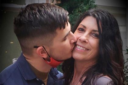 50-летняя женщина выйдет замуж за похожего на ее сына 22-летнего парня из Tinder