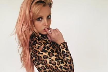 Бритни Спирс снялась с новой прической в леопардовом комбинезоне