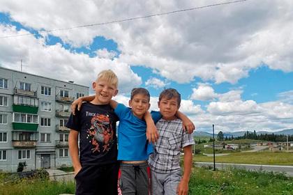 Трое российских школьников спасли тонущего ребенка