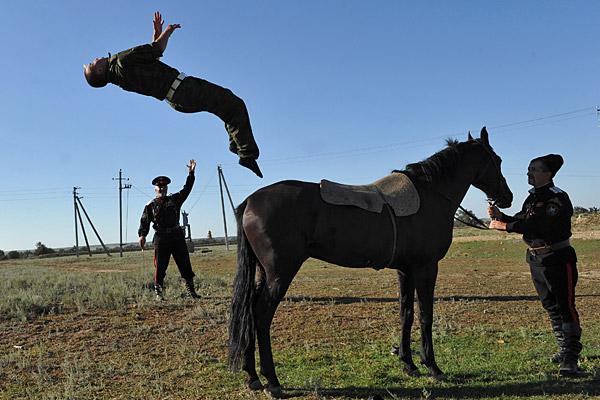 Соревнования по воинскому казачьему искусству на дворе вольных казаков в селе Рагули, Ставропольский край
