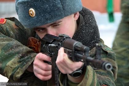 Российский военнослужащий с АК-74